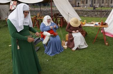 Medieval craft displays: spinning and derssmaking